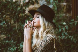 modna kobieta - stylizacja z biżuterią